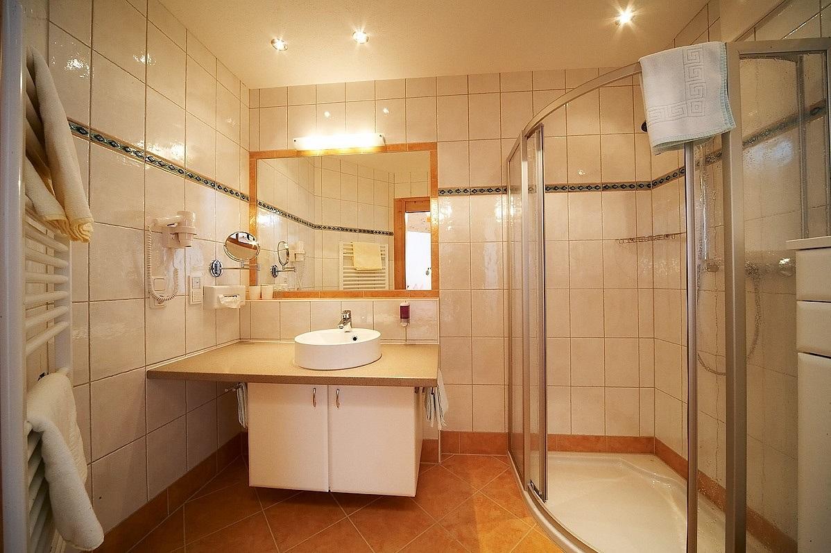Zimmer in saalbach 4 sterne landhaus doppelzimmer - Landhaus badezimmer ...